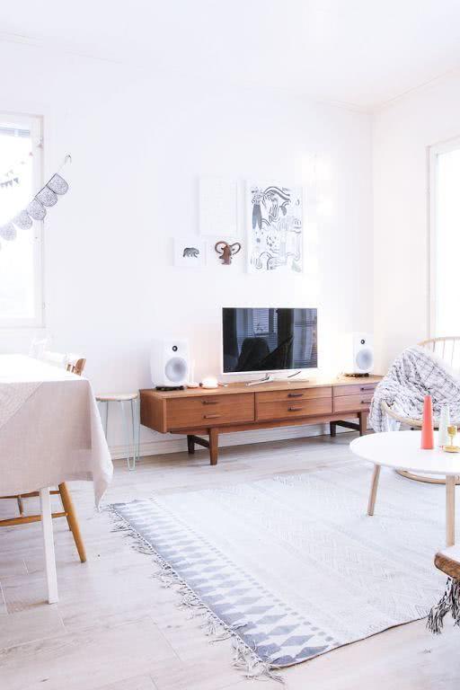 Sala de TV clean com rack de madeira
