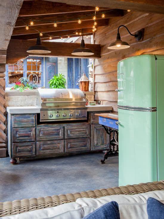Cozinha rústica com geladeira verde água