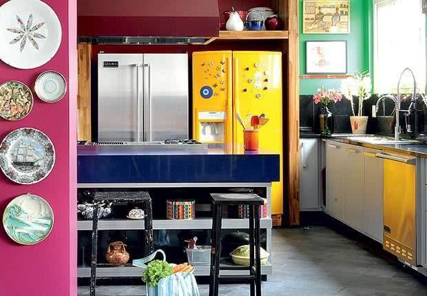 Cozinha americana com geladeira amarela