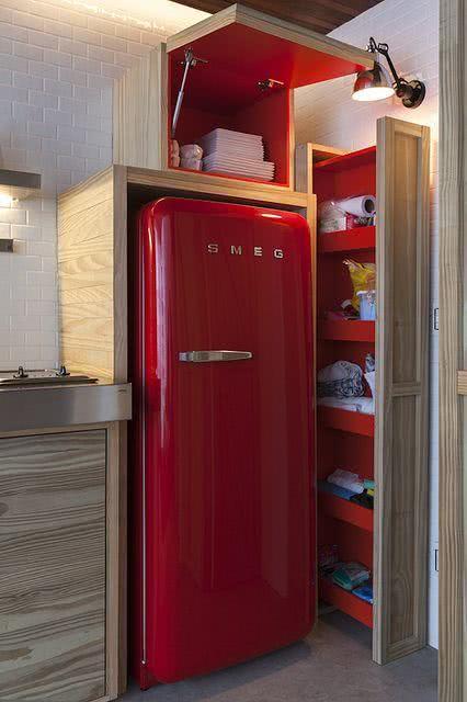 Proposta de cozinha com geladeira vermelha e a mesma cor no interior dos armários