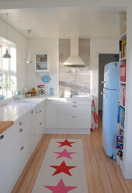 Proposta de cozinha branca com geladeira azul claro