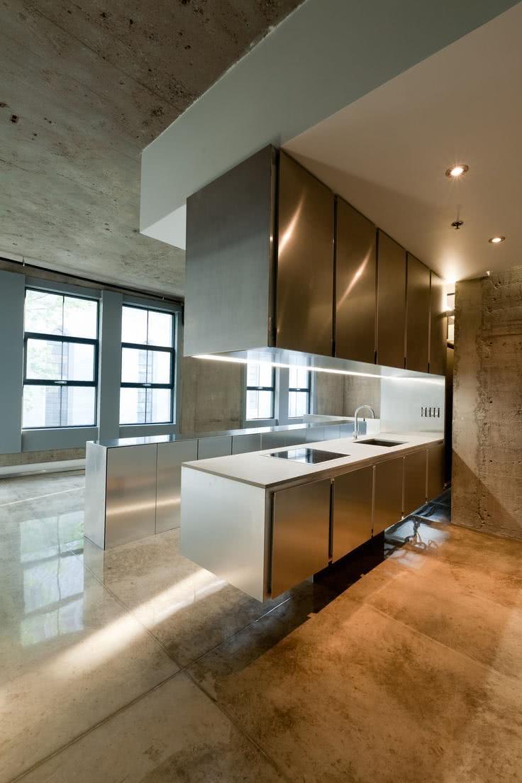 Cozinha minimalista com armários e gabinetes de inox