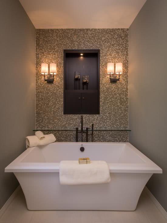 Banheira quadrada em espaço pequeno