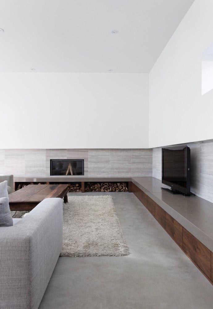 Sala minimalista clara com ampla bancada