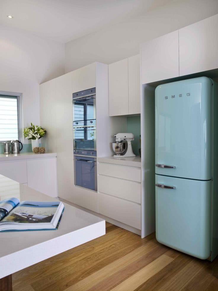 Cozinha clean com geladeira colorida retrô