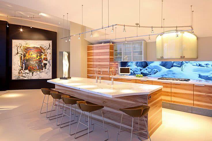 Cozinha com gabinetes de madeira