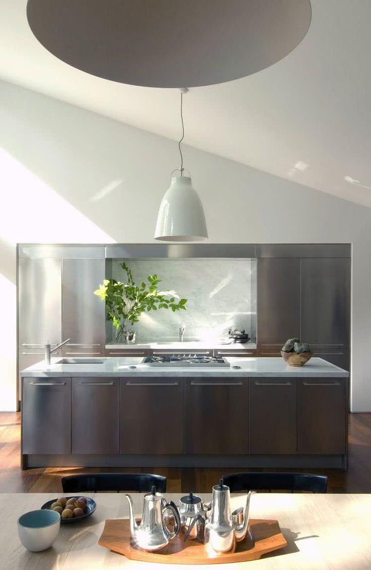 Cozinha moderna com gabinetes e armários de inox