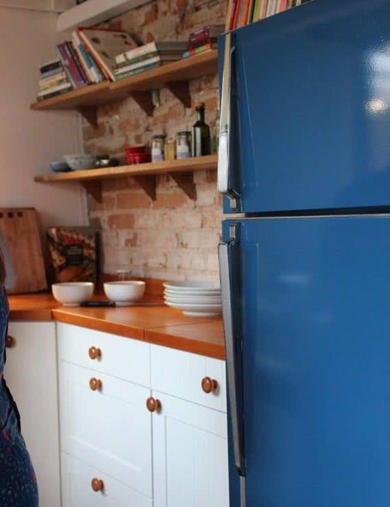 Um modelo de geladeira retrô na cor azul marinho