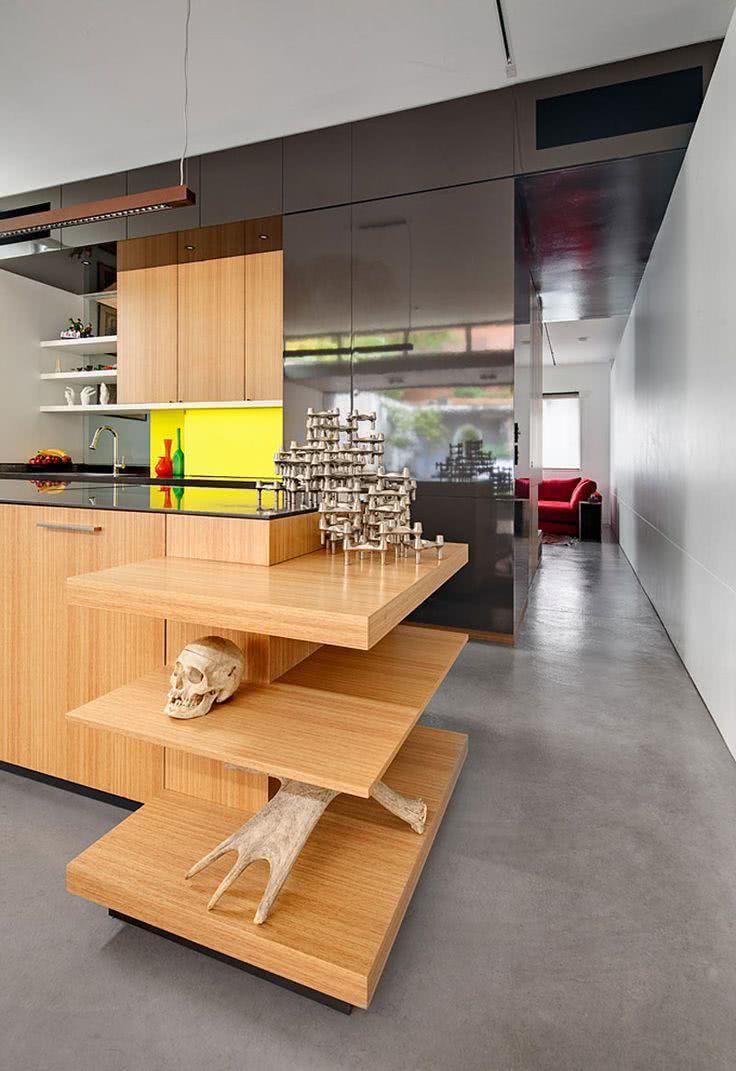 Cozinha de madeira clara com armários com vidro fumê