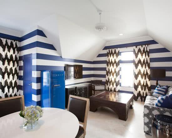 O azul da geladeira combinando com as paredes
