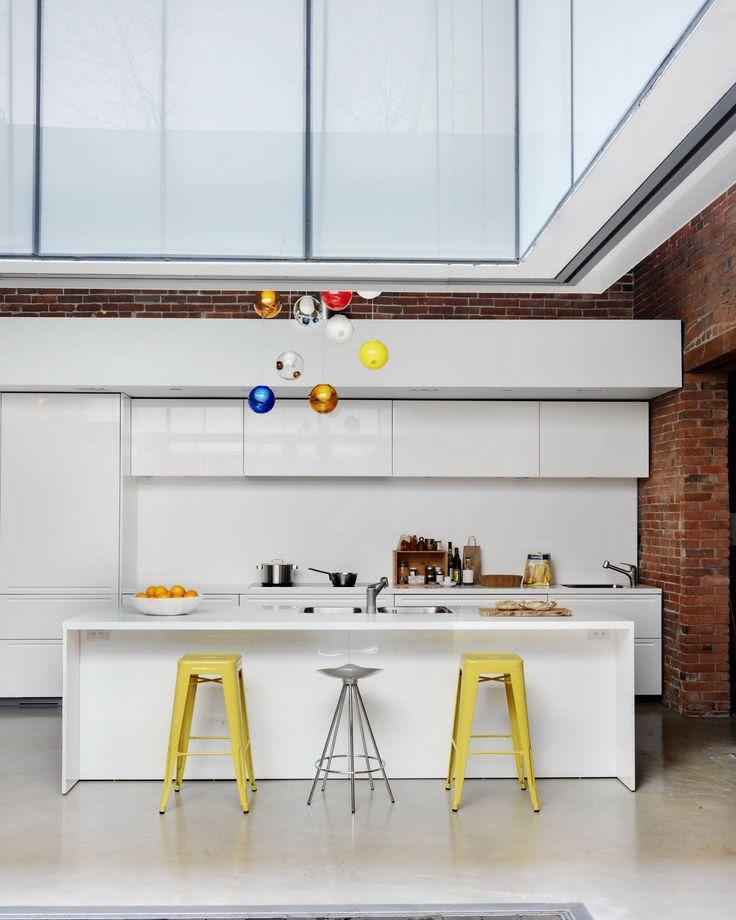 Cozinha moderna clean branca com objetos decorativos