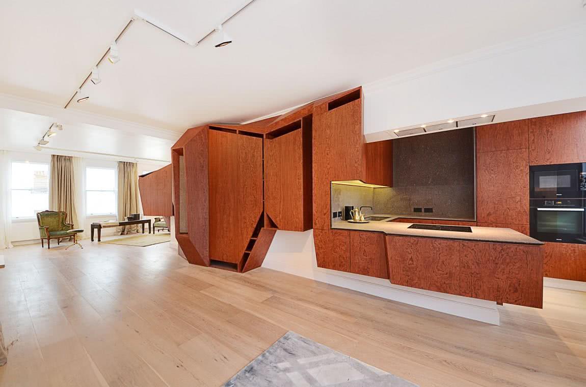 Cozinha de madeira com formato futurista