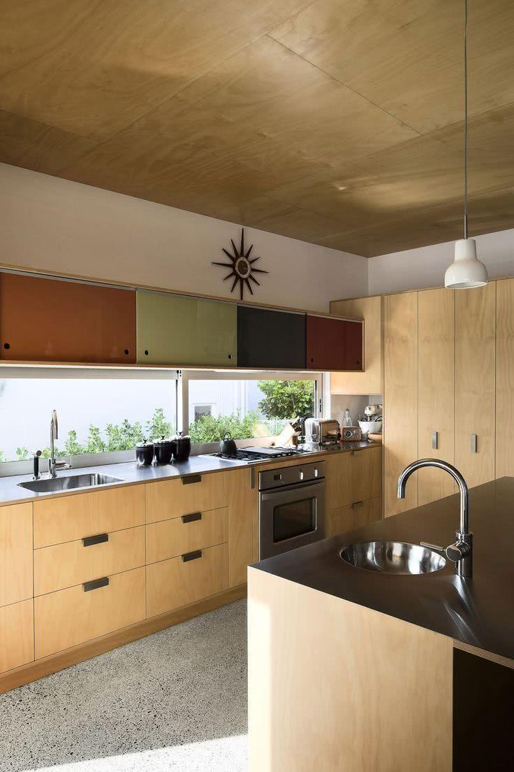 Cozinha de madeira e teto com laminados