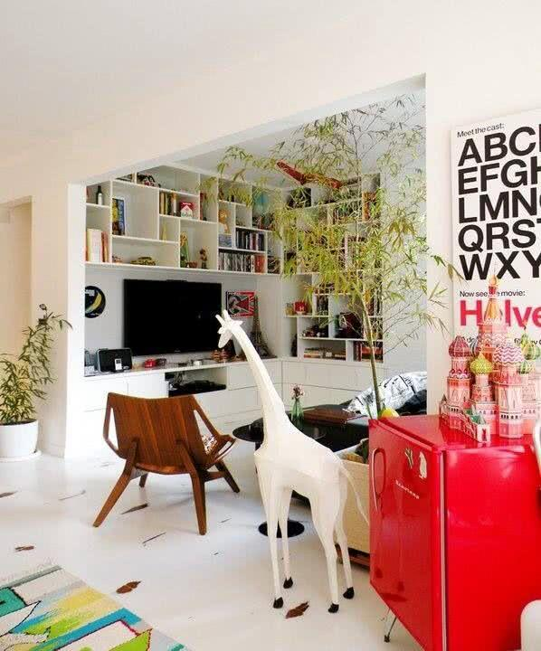 Frigobar vermelho posicionado no canto da sala