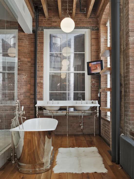 Banheira de inox em banheiro com tijolinhos