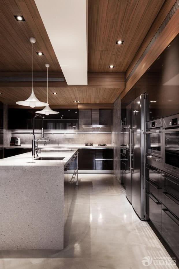 Cozinha com cor grafite e bancada de pedra estilo Silestone