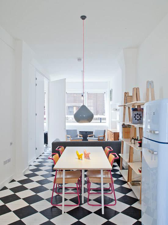 Cozinha clara com geladeira azul bebê