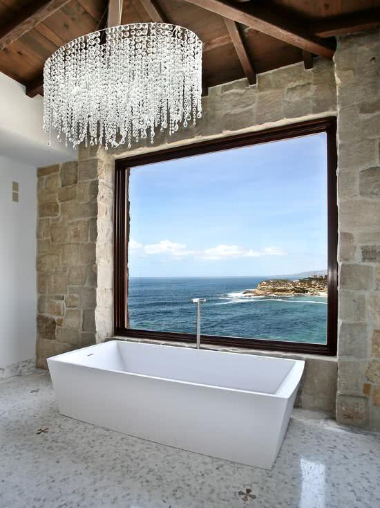 Banheiro com banheira e lustre elegante