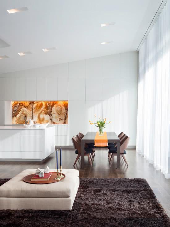 Cozinha moderna minimalista branca sem puxadores nos gabinetes e armários