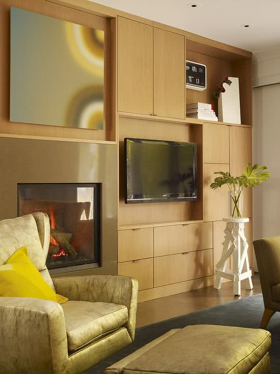 Sala com estante simples de madeira