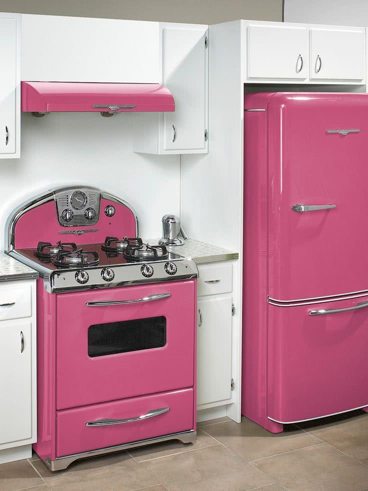 Geladeira rosa retrô combinando com o fogão