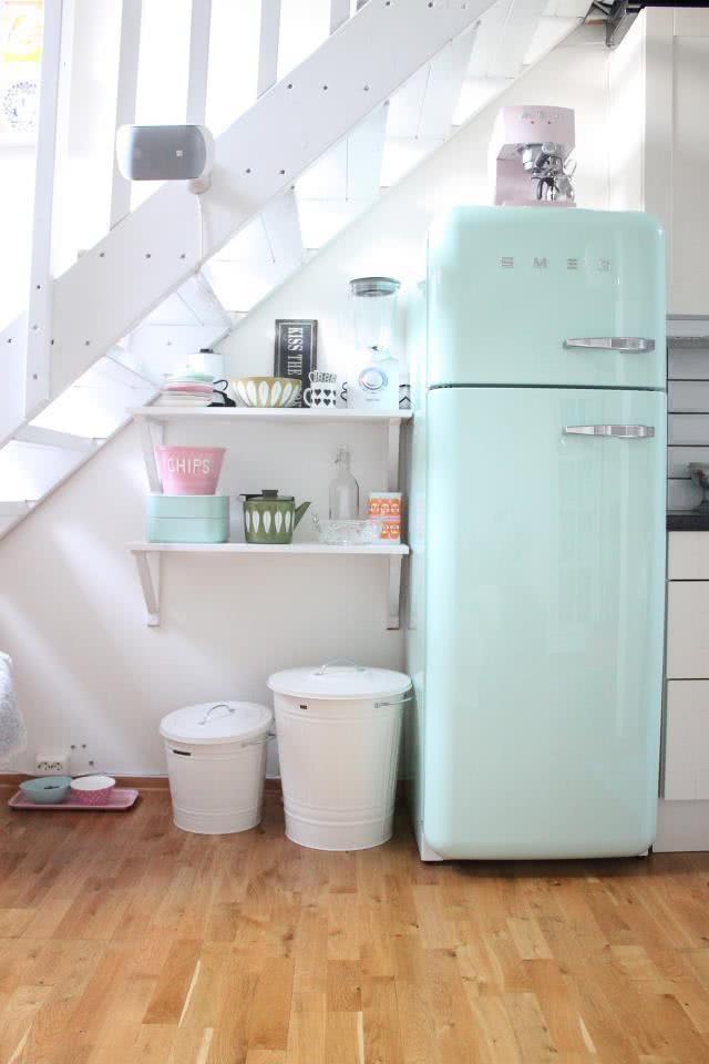 Cozinha com geladeira verde água
