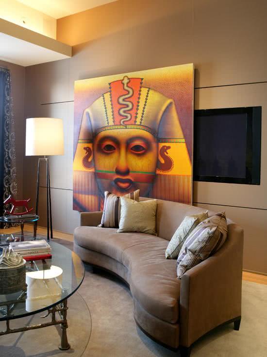 Sala com quadro deslizante que cobre a TV