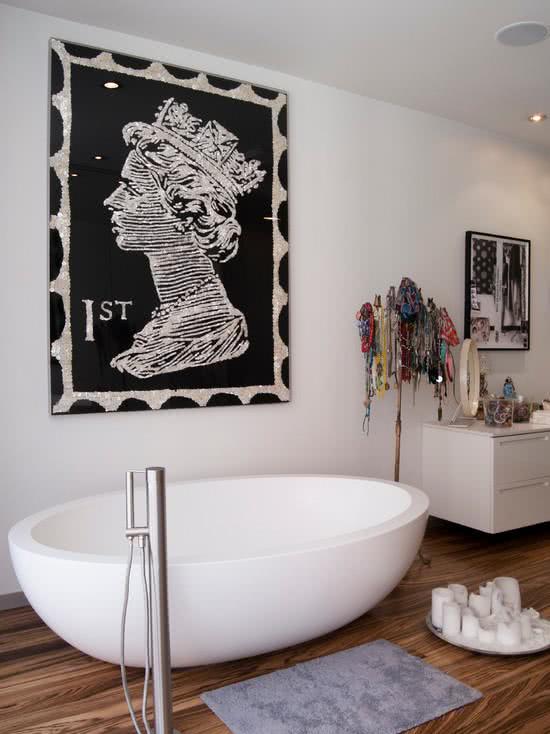 Banheira oval branca e moderna