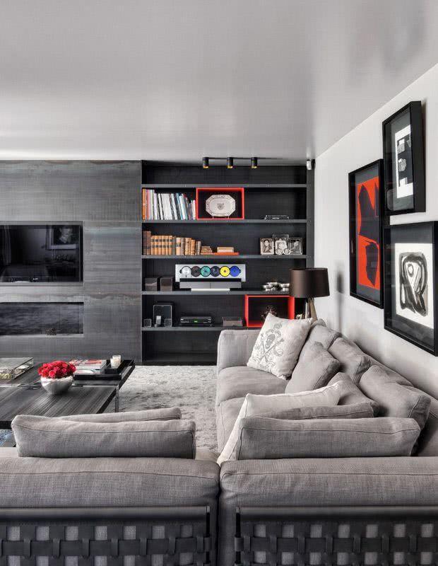 Móvel de madeira escuro em sala de TV contemporânea