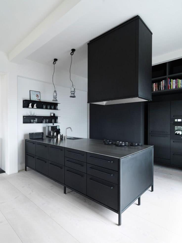 Cozinha preta com paredes brancas