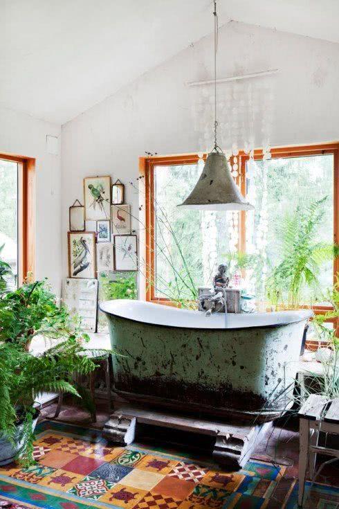 Banheira com textura de terra e mato