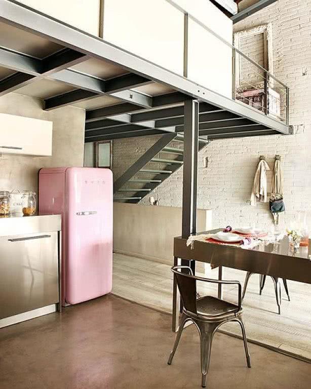 Geladeira rosa claro em ambiente neutro