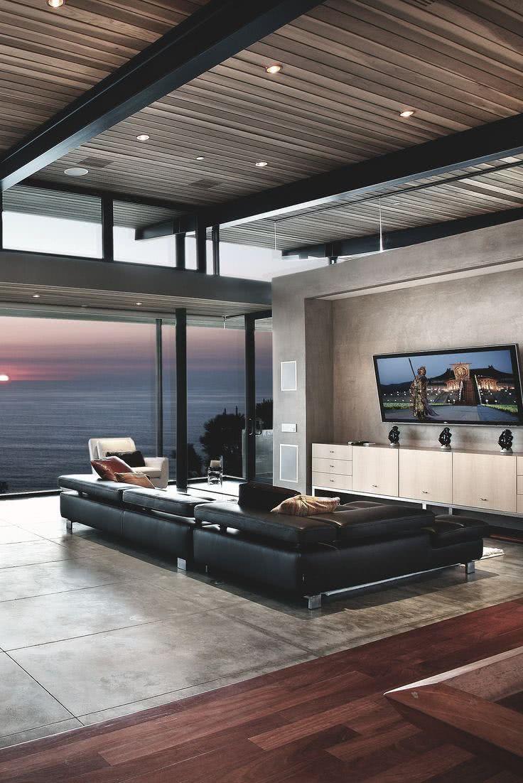 TV inclinada na sala