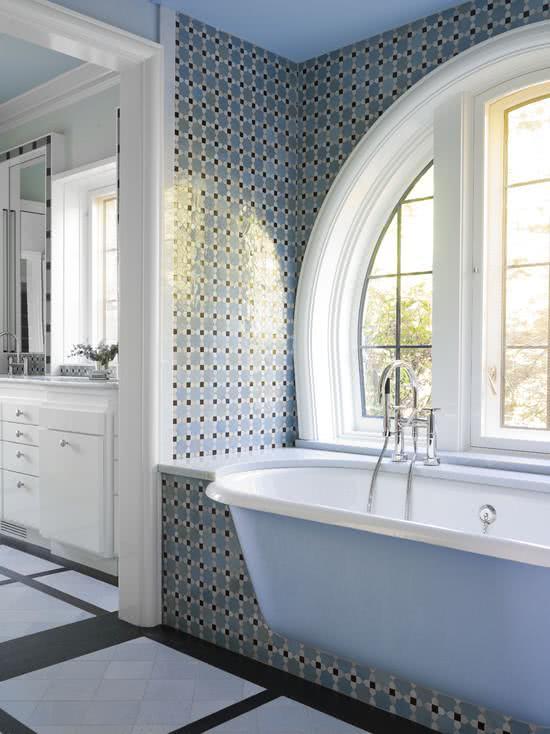 Banheira azul encaixada em suporte de alvenaria