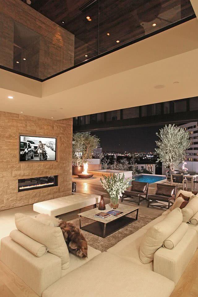 Sala com TV encaixada na parede