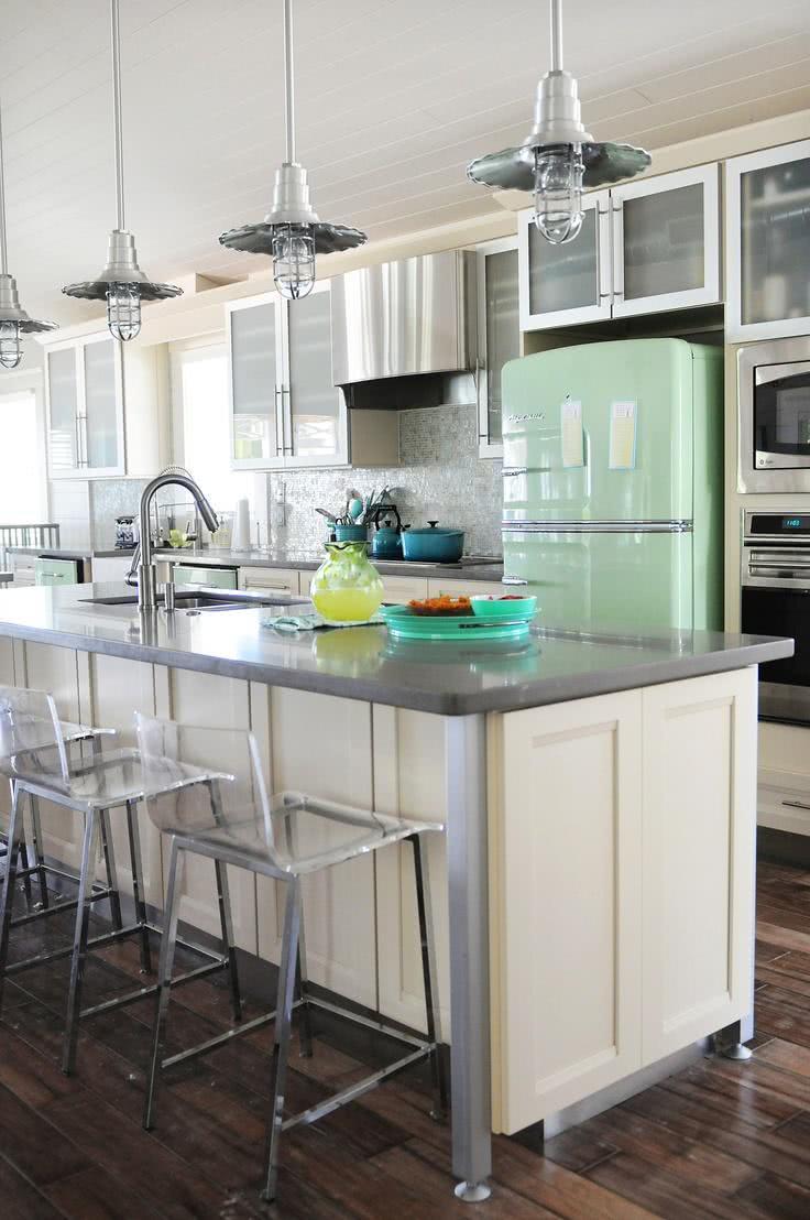 Geladeira verde clara retrô na cozinha