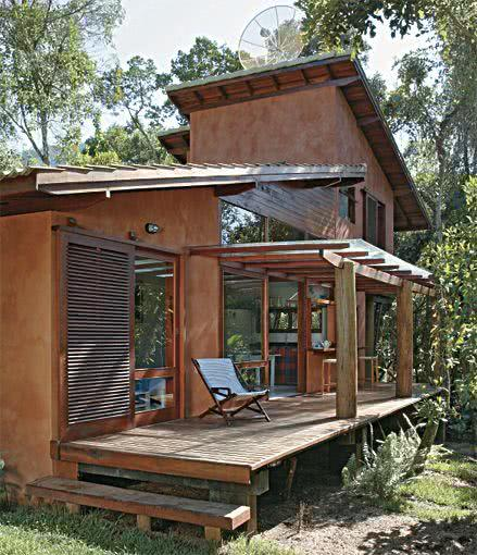 Esta casa de campo pequena tem o foco nos tons terrosos nas paredes.