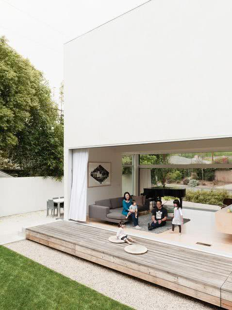 Para uma fachada clean e com grandes portas deslizantes.
