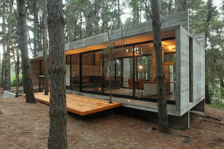 A estrutura em concreto deu suporte para o plano de vidro que deu leveza a fachada.
