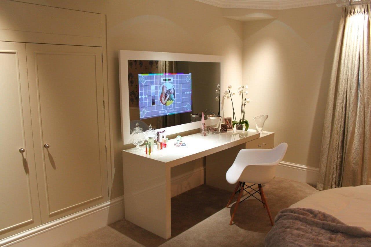 Imagem 16 – Televisão embutida no painel de espelho em sala moderna