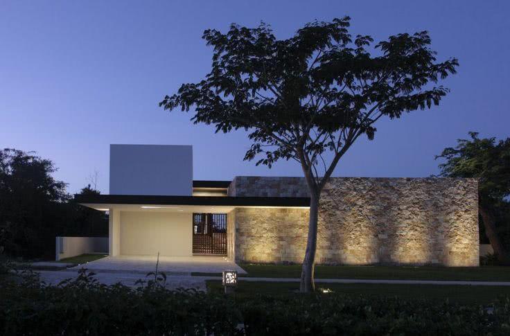 O grande muro de pedra é o destaque dessa fachada.