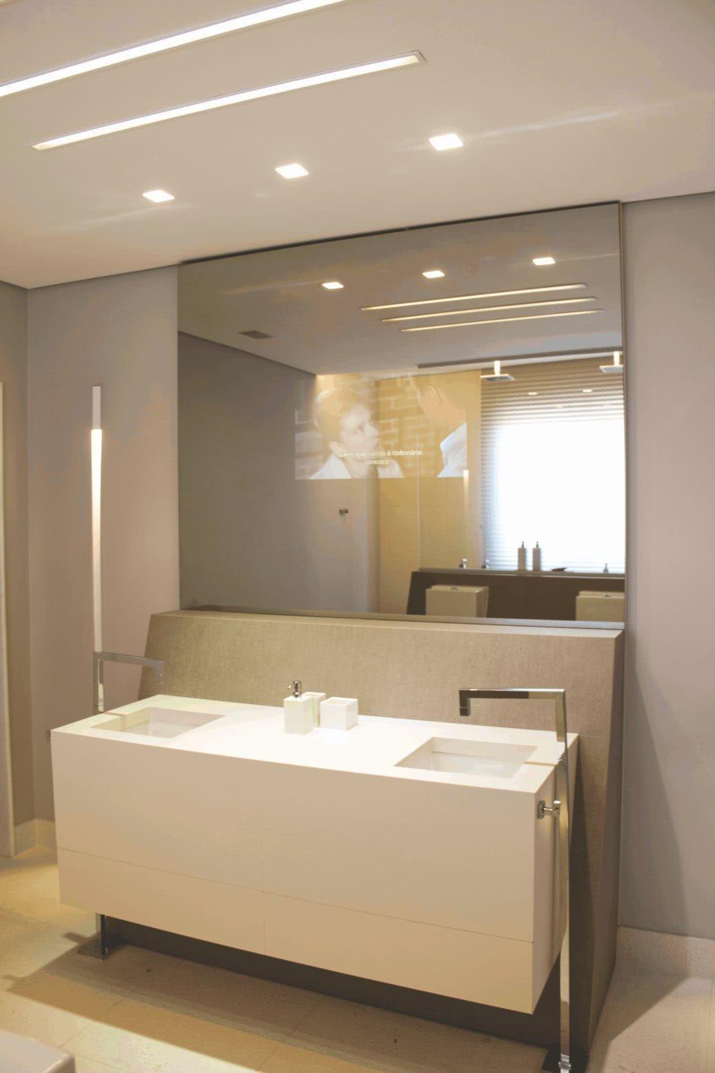 22 – Televisão embutida na parte central em espelho de banheiro #896C42 1037x1555 Banheiro Com Banheira E Tv