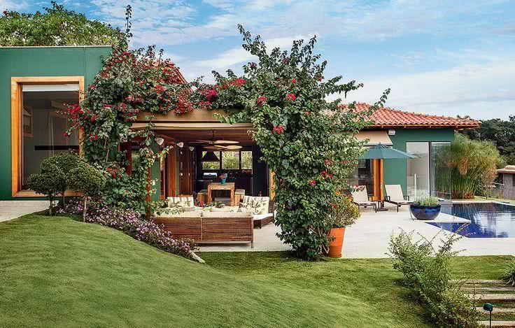 Fachada de casacom estilo brasileiro em pintura verde
