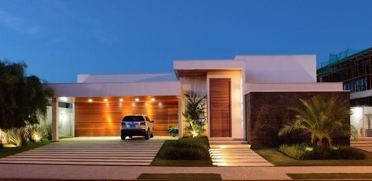 A madeira leva sofisticação para a fachada.