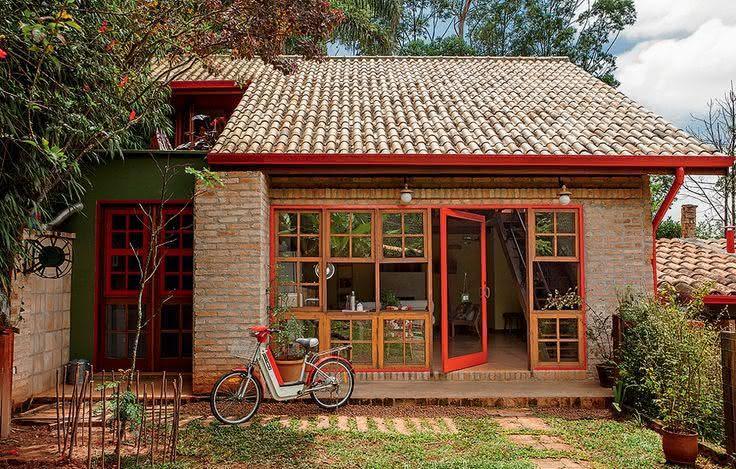 Fachada de casa de campocom tijolinho aparente