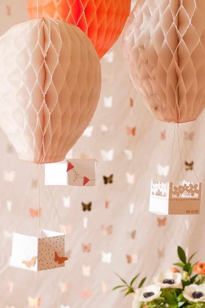 Balões suspensos no teto e cortina de borboletas preenchem bem espaços vazios