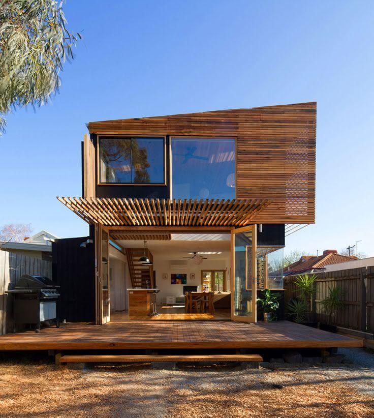 Os frisos de madeira tem um efeito impressionante nesta fachada de casa de campo.