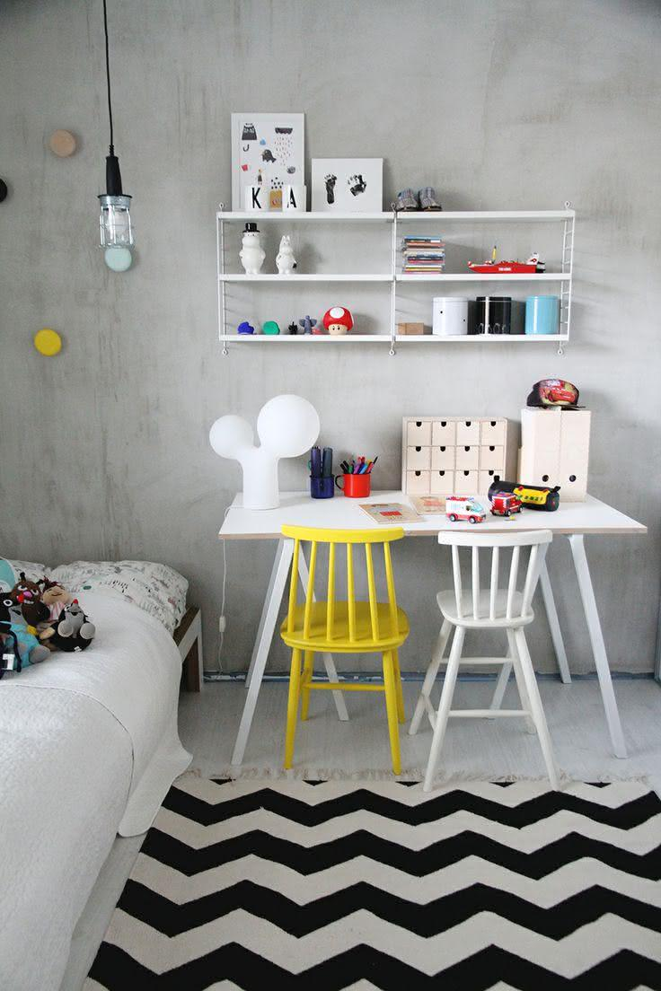 Imagem 33 ? Quarto de crian?a com mesa de estudo e duas cadeiras