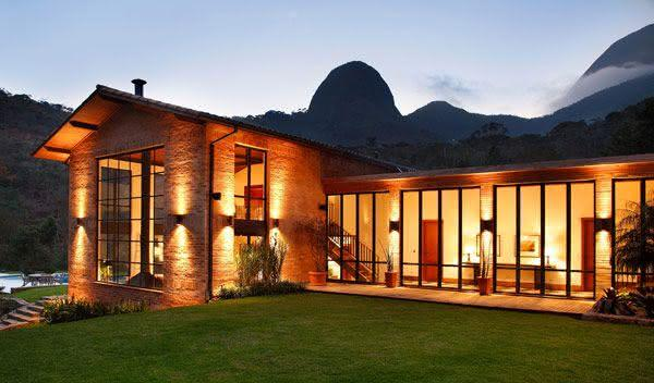 Fachada com janelas amplas de vidro