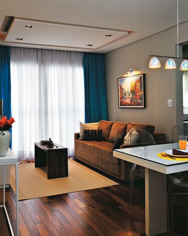 Cortinas Sala Pequena Apartamento ~ Imagem 10 – Esta sala tem um grande placa de gesso redonda com